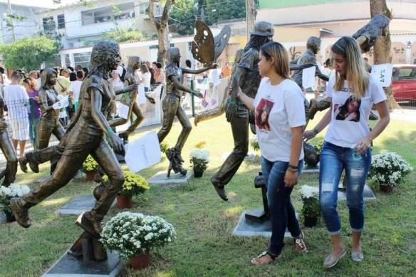 Emoção marca homenagem aos jovens mortos em massacre no Rio.