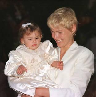 Brasil, Rio de Janeiro, RJ, 28/07/1999. A apresentadora de televisão Xuxa com a filha Sasha durante a festa de aniversário de 1 ano da menina, realizado na Casa Rosada, na Estrada dos Bandeirantes, em Vargem Grande, zona oeste do Rio de Janeiro. - Crédito:FERNANDA FERNANDES/ESTADÃO CONTEÚDO/AE/Código imagem:131101